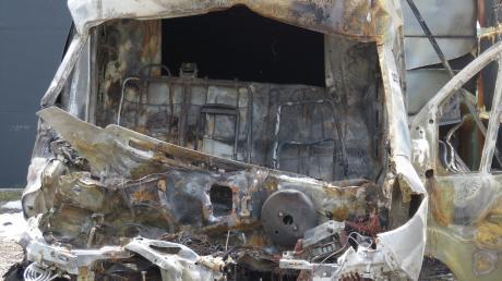 Auf einem Werkstattgelände in Offingen brannte dieser Kleinbus.