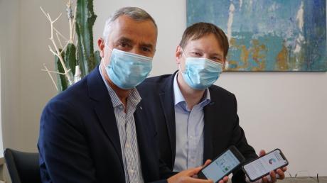 Geladen, aktiviert und für gut befunden: Günzburgs Oberbürgermeister Gerhard Jauernig und Landrat Hans Reichhart werben für die Corona-App.