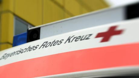 Bei einem Betriebsunfall in Dinkelscherben ist am Dienstag ein 20-jähriger Arbeiter von einem Anhänger überrollt worden.