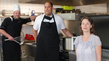 Küchenleiter Dominik Kindermann, Gastronom Gurdev Daniel Singh und Kulturamtsleiterin Karin Scheuermann freuen sich über die neuen Kücheneinrichtungen im Restaurant Soul Food im Forum am Hofgarten