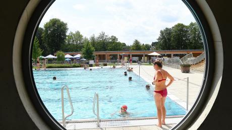 Das Burgauer Freibad ist bei vielen Schwimmern äußerst beliebt. Nun können wieder mehr gleichzeitig eingelassen werden. Das Foto entstand vor den Corona-Beschränkungen im vergangenen Sommer.