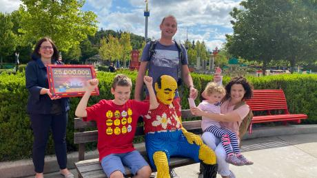 Das Legoland in Günzburg feiert den 25-millionsten Gast: Familie Dryjariski bekam von Manuela Stone eine Urkunde im Lego-Rahmen überreicht.