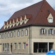 In dieser Asylunterkunft am Günzburger Bahnhof kam es zwischen zwei Bewohnern zu Beginn des Jahres zu einem Streit – dann folgte eine Messerattacke. Nun wurde ein junger Mann am Landgericht Memmingen verurteilt.