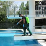 Der Auszubildende Marco Mesch desinfiziert mit dem Drucksprüher alle Oberflächen im Burgauer Freibad. Auch der Sprungturm wird gründlich gereinigt, bevor am Nachmittag die nächsten Badegäste kommen.
