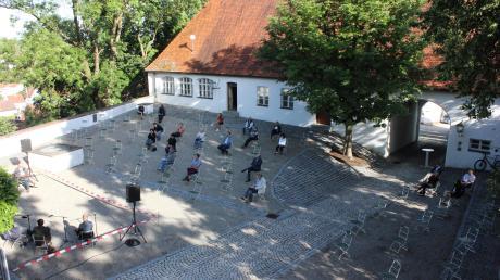 Weit weniger Gäste als sonst üblich dürfen bei der Diskussionsrunde im Burgauer Schlosshof dabei sein, aber auch viele der vorhandenen Plätze sind leer. Vertreter der Branche stellen sich die Frage: Wie groß ist der Stellenwert der Kultur?