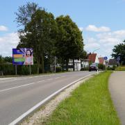 Die große Werbetafeln am Ortseingang in Großkötz macht auf den Ausbau des Glasfasernetzes aufmerksam. Kurz vor Abschluss der Tiefbauarbeiten gibt es auch eine sehr lange Mängelliste.
