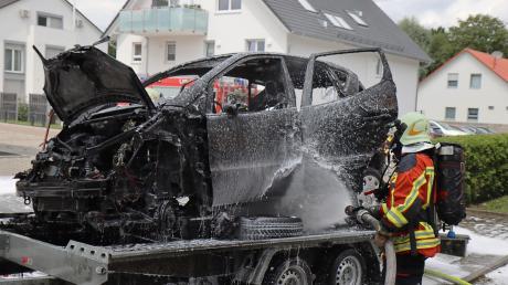 Komplett ausgebrannt ist dieses Fahrzeug in Burgau, als es vermutlich wegen eines technischen Defekts auf einen Anhänger verladen wurde.