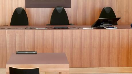 In diesem Saal in Günzburg tagt das Schöffengericht. Doch der Prozess gegen einen mutmaßlichen Brandstifter ist vertagt worden.