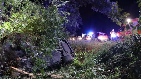Nachdem der Mann von der Fahrbahn abgekommen war, prallte er gegen einen Baum und blieb dann auf der Beifahrerseite liegen. An dem Auto entstand ein Totalschaden.
