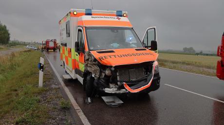Ein Rettungswagen des BRK ist bei dem Unfall schwer beschädigt worden, die zwei Besatzungsmitglieder wurden verletzt.