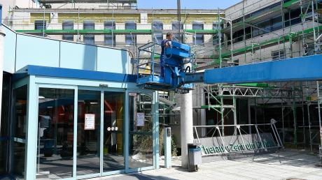 Der bisherige Eingangsbereich des Therapiezentrums wird völlig umgebaut. Das Schild wird aber wieder einen Platz bekommen.
