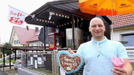 Sascha Rohrhirsch hat in einem Vorgarten an der Rettenbacher Hauptstraße eine Verkaufshütte für Softeis, Popcorn und allerlei Süßwaren eröffnet.
