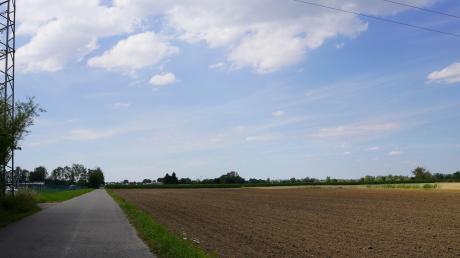 Auf der Flur rechts des Bildeichwegs, der Riedheim mit Leipheim verbindet, soll eine Freiflächen-Fotovoltaikanlage entstehen. Freier Himmel und viel Sonne sind auf jeden Fall vorhanden.