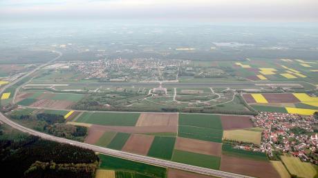 Das Foto aus dem Jahr 2006 zeigt den Fliegerhorst Leipheim, als er noch eine Bundeswehr-Liegenschaft war. In der rechten unteren Ecke ist noch ein Teil davon in Betrieb. Details dürfen nicht gezeigt werden.