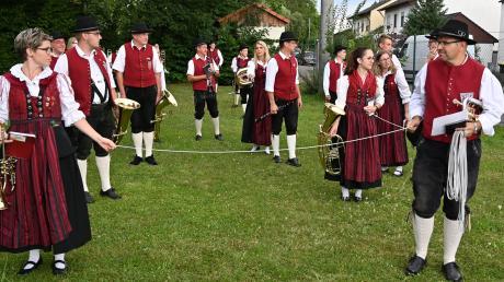 Der Musikverein Wasserburg-Günz zog spielend durch den Ort – am Freitag und am Sonntag. Zuvor wurden etwa zwei Meter lange Schnüre gespannt, um ein Gefühl für den Mindestabstand der Musiker zu bekommen.