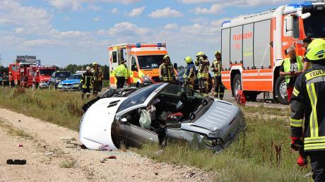 Glück im Unglück hatte die Fahrerin dieses Cabrios: Sie wurde bei diesem schweren Unfall nur leicht verletzt.