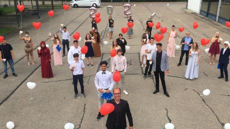 Mit Herzluftballons verabschiedeten sich die Schüler bei der Entlassfeier an der Eberlin-Mittelschule in Jettingen-Scheppach von der Schule.