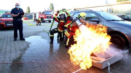 Eine Feuerwehr muss einsatzfähig sein – gerade auch in Zeiten von Corona. Der Atemschutzlehrgang der Freiwilligen Feuerwehr Burgau auf Stadtebene und unter der Leitung von Kreisbrandrat Stefan Müller (links) ist ein Pilotprojekt.