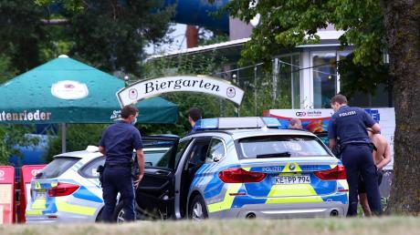 Zwei Männer haben im Leipheimer Hallenbad mindestens einen Jungen sexuell belästigt. Die beiden wurden vorläufig festgenommen.