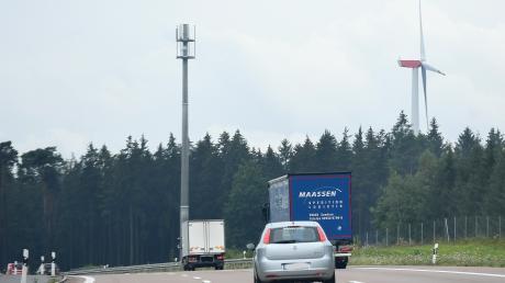 Neue Mobilfunkmasten wie hier bei Zusmarshausen sind entlang der A8 errichtet worden.