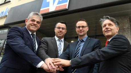 Sie gaben sich bereits im März die Hand darauf, dass ihre Häuser fusionieren wollen: Die Vorstände von der Raiffeisenbank Augsburger Land West, Hermann Scherer (links) und Karl Rau (rechts) sowie die Vertreter der Raiffeisenbank Jettingen-Scheppach mit Markus Deubler (Zweiter von links) und Peter Dopfer. Dopfer ist inzwischen nicht mehr Vorstand. Er hat gekündigt und arbeitet für die VR-Bank Donau-Mindel, die die Fusionspläne nicht nachvollziehen kann.