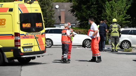 Einsatzkräfte versuchten am Mittwochmittag ihr Möglichstes, um ein siebenjähriges Mädchen zu retten. Es war auf einem Parkplatz in Günzburg von einem ausparkenden Fahrzeug überrollt worden und starb.