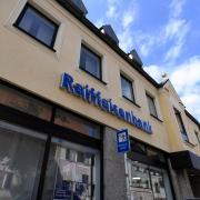 Bei der Raiffeisenbank Augsburger Land West fühlen sich die allermeisten Mitglieder der Raiba Jettingen-Scheppach gut aufgehoben. Das Votum, dass diese beiden Häuser zusammengehen sollen, war bei der ungewöhnlichen Generalversammlung Mittwochnacht jedenfalls eindeutig.