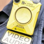 Mit einer Bodycam wurde im vergangenen November aufgezeichnet, wie ein 28-Jähriger einen Polizisten angriff.