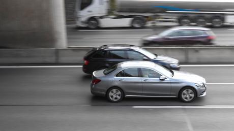 Die Fahrzeuge sind mit teils hoher Geschwindigkeit auf der dreispurig ausgebauten Autobahn 8 in der Nähe von Günzburg unterwegs. Ein 21-jähriger Mann wurde nun wegen der Teilnahme an einem verbotenen Autorennen verurteilt.