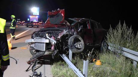 Nachdem sich das Auto mehrmals überschlagen hatte, blieb es auf der Leitplanke liegen. Der Fahrer wurde nur leicht verletzt.