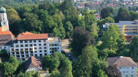 In das Schertlinhaus in Burtenbach (links) soll wieder Leben einziehen: 60 Wohnungen mit Balkon zu erschwinglichen Mietpreisen sind geplant. Die Investoren stellen sich ein Mehrgenerationen-Haus mit selbst gestalteten Lebensgemeinschaften vor. Das Schertlinhaus 2 (rechts) wird Diakoniezentrum bleiben.