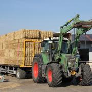 Früher gab es Getreidegarben, die auf dem Hof ausgedroschen wurden. Heute produzieren Ballenpressen nach der Mähdrescherfahrt auf dem Feld Strohquader.