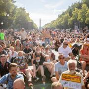 """Kundgebung in Berlin am 1. August gegen die Corona-Regeln. Daran halten sich auch nicht viele, wie das Foto zeigt: Die Menschen waren dicht gedrängt auf der Straße des 17. Juni. Die meisten trugen keine Maske. Andrea Zellermayer hat vor zwei Wochen daran teilgenommen und fand die Demo """"friedlich und genial""""."""