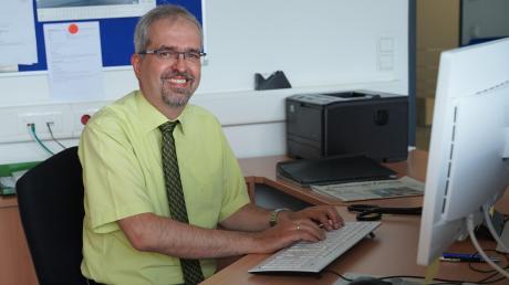 Bibertals Bürgermeister Roman Gepperth fühlt sich wohl an seinem neuen Arbeitsplatz im Rathaus Bibertal. Zuvor war Gepperth 26 Jahre im Landratsamt beschäftigt.