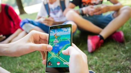 Vor allem mit Freunden und dem Smartphone verbringen junge Leute gern ihre Zeit. Neue Angebote will in Baar der neueingerichtete Jugendbeirat machen.