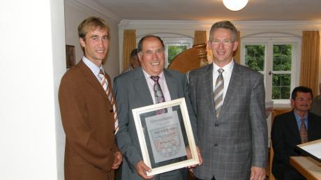 Josef Schieferle (Mitte) wurde 2008 als Altbürgermeister geehrt. Nun ist er im Alter von 75 Jahren gestorben.