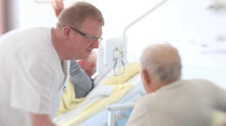 Die Grünen werfen Bundesgesundheitsminister Jens Spahn einen beschämenden Umgang mit den Beschäftigten in der Pflege während der Corona-Krise vor.