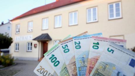 """Viel mit Geld zu tun hat das neue Röfinger Baugebiet """"Kirlesberg Ost"""". Grundstücke kaufen, Baugrund verkaufen – das gehört zu den """"Klassikern"""" in der Kommunalpolitik. Das Baugebiet wirkt sich spürbar auf den Etat der Kommune in diesem Jahr aus."""