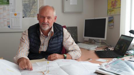 An seinem Arbeitsplatz im Rathaus hat Gerhard Sobczyk, seit Mai Bürgermeister in Bubesheim, auch gesessen, als der Blitz im Juli einschlug. Für weniger Gefahren soll die Ampelanlage an der Kreuzung in Bubesheim sorgen, der Plan ist fertig.