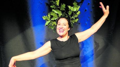 Die Kabarettistin Eva Eiselt aus Köln präsentierte sich in Leipheim unter anderem als knallharte deutsche Eiche, die gegen den Mischwald wettert.