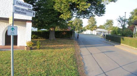 In einigen Bereichen des Marktes Jettingen-Scheppachs, wie in der Enderlestraße an der Mittelschule, soll die Verkehrssicherheit mit einer von Bürgern beantragten Tempo 30-Zone erhöht werden, die der Bauausschuss befürwortete.