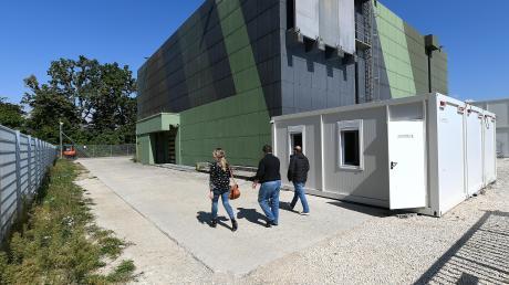 Etwa 200 Kameras dokumentieren die Vorgänge rund um die Uhr. Der ehemalige Nato-Bunker ist die ideale Gebäudehülle für den Hochsicherheitstrakt. Strenge Zutrittsregelungen gibt es für die ausgesuchten Besucher.
