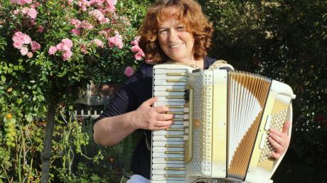Marianne Baldauf hat sich schon immer für das Akkordeon eingesetzt und mit dem Akkordeonorchester Kammeltal zahlreiche Auszeichnungen bekommen. Jetzt erhält sie vom Bayerischen Staatsministerium für Wissenschaft und Kunst für ihre Verdienste um die Laienmusik die Ehrenamtsmedaille 2020.