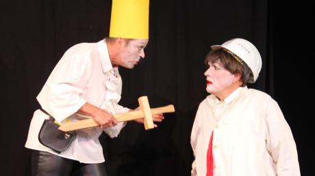 In Hamlet for you teilen sich zwei Schauspieler sieben Rollen. Auch eine begeisternde musikalische Einlage von Olaf Ude findet sich in der Inszenierung. In einer Szene muss sich Claudius mit dem Geist seines von ihm ermordeten Bruders auseinandersetzen.
