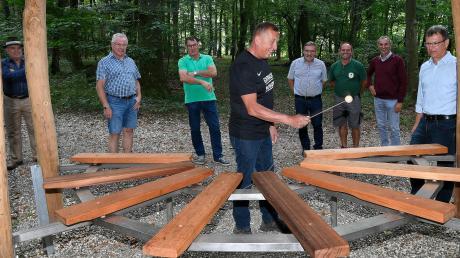 Bruno Lohr spielt auf dem hölzernen Klangspiel, das die Gesellige Vereinigung Eintracht Autenried (GVE) als eine Station für den Naturlehrpfad im Schlosspark errichtet hat.