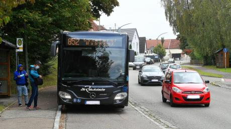 Die beiden Bushaltestellen an der Ulmer Straße in Burgau sollen auf gleiche Höhe gebracht werden, außerdem wird eine Querungshilfe entstehen. Da die Busse künftig beim Halten die Straße blockieren, müssen andere Fahrzeuge dahinter warten.