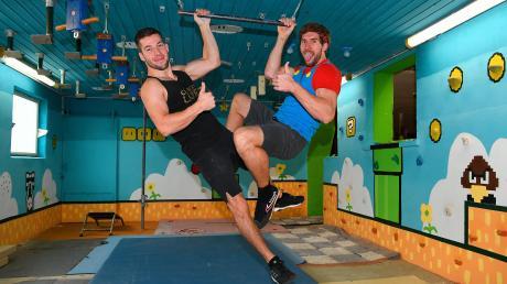 Seit Jahren trainiert Christian Balkheimer (rechts) in einem ehemaligen Kuhstall im Leipheimer Ortsteil Weißingen für die Fernsehshow Ninja Warriors. Lukas Kilian (links) trainiert ebenfalls dort.
