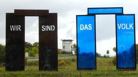 Das deutsch-deutsche Freilandmuseum bei Behrungen informiert über diese unmenschliche Grenze, die beide deutsche Staaten getrennt hat. Ein Stopp an der Landesgrenze von Bayern zu Thüringen lohnt. Das Foto entstand vor zehn Jahren, als dort aus Anlass von 20 Jahren Deutsche Einheit verschiedene Kunstinstallationen platziert waren.