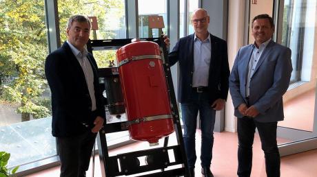 Freuen sich vor einer Baugruppe für Schienenfahrzeuge mit Druckluftbehälter auf eine erfolgreiche Zukunft der BSB-BWB Burgau (von links): Oskar Hennig, technischer Leiter, Geschäftsführer Torsten Klimmer und Wolfgang Laurer, kaufmännischer Leiter.