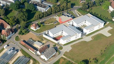 Aus der Klinik für Forensische Psychiatrie und Psychotherapie in Günzburg sind im September 2019 zwei Patienten geflohen, als sie eine Pflegerin als Geisel nahmen. Einer der Männer steht seit Montag vor dem Landgericht Memmingen.